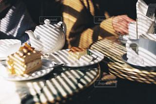 ブラインドの影とケーキの写真・画像素材[2874867]