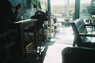 カフェに差し込む光の写真・画像素材[2932321]