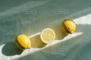 レモンと光の写真・画像素材[3161123]
