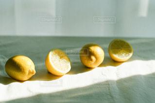 レモンと光の写真・画像素材[3161126]