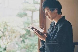 縁側で読書する男性の写真・画像素材[3516734]