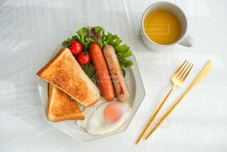 おうちごはん,朝食,ワンプレート,皿,トースト,目玉焼き,サラダ,洋食,朝ごはん,休日,ソーセージ,贅沢,ヘルシー,ブランチ,オレンジジュース,プレート,おしゃれ,最高の朝ごはん
