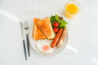 ちょっと贅沢な休日の朝ごはんの写真・画像素材[3907194]