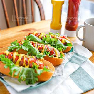 食べ物,食事,ランチ,テーブル,野菜,料理,ソーセージ,ホットドッグ,昼ごはん,おしゃれ