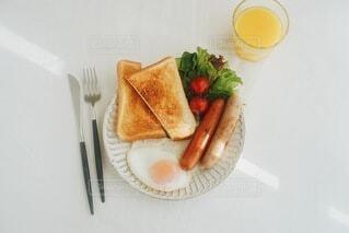 ちょっと贅沢な休日の朝ごはんの写真・画像素材[3938432]