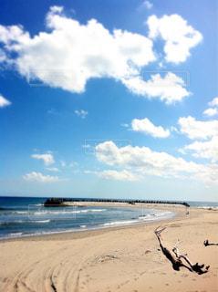 海の横にある砂浜のビーチで人々 のグループの写真・画像素材[1103732]
