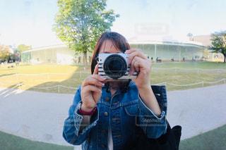女性,カメラ,自撮り,カメラ女子,屋外,緑,景色,セルフィー,旅行,カメラマン,昼間,デニム,セフル