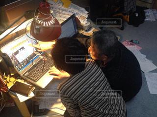 2人,シニア,部屋,仲良し,パソコン,人物,高齢者,PC,練習,俯瞰,仕事,指差し,レッスン,老眼鏡,おじいおばあ