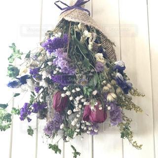 テーブルの上の花瓶に咲く花束の写真・画像素材[2141382]