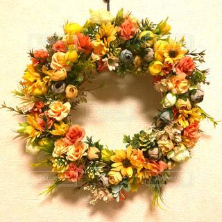 テーブルの上の花瓶に咲く花束の写真・画像素材[2141849]