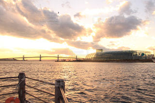 水の体に沈む夕日の写真・画像素材[968732]