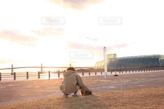 砂浜の上に立っている人の写真・画像素材[968737]