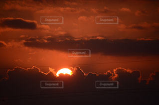 空,秋,夕日,屋外,太陽,雲,夕暮れ,暗い,夕陽,くもり,設定