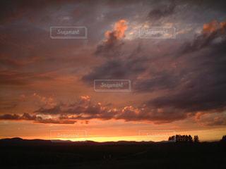 風景,空,秋,夕日,屋外,太陽,雲,夕暮れ,夕陽,くもり,美瑛,北の大地,設定