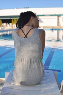 プールサイドの背中美人の写真・画像素材[1316684]