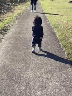 歩道をスケート ボードに乗って少年の写真・画像素材[1567573]