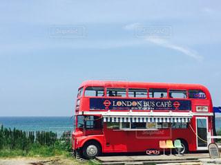 水の体の前で赤い観光バス駐車の写真・画像素材[770494]