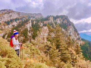 山の上に乗る男の写真・画像素材[786260]