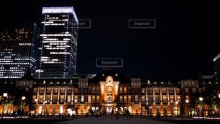 ライトアップされた東京駅レンガ駅舎の写真・画像素材[1696830]