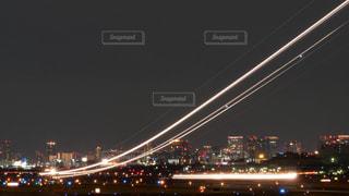 夜の伊丹空港を離陸する飛行機の光跡の写真・画像素材[1699639]