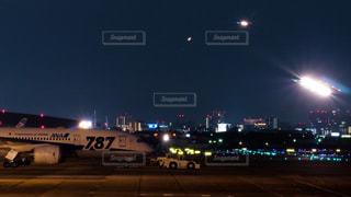 夜の伊丹空港に続々と着陸する飛行機の写真・画像素材[1703626]