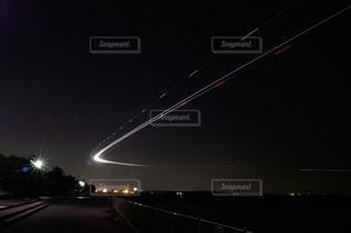 城南島海浜公園から見た羽田空港に着陸する飛行機の光跡の写真・画像素材[1703630]