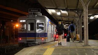 大阪難波・南海汐見橋駅の夜のプラットホームに見る若い男女の物語の写真・画像素材[1703639]
