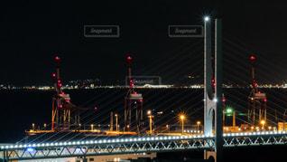 神戸港のガントリークレーンと阪神高速の夜景の写真・画像素材[1703676]