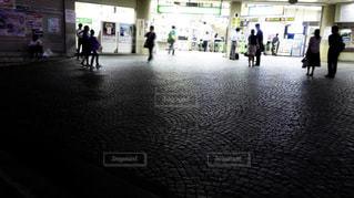 夜の駅の改札口前にいる人たち。の写真・画像素材[1707830]
