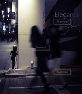 銀座の街角をゆく大人の女性と見守る天使の写真・画像素材[1707835]