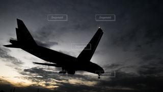曇り空を飛ぶ大型旅客機の写真・画像素材[1707879]