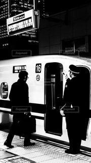 東海道新幹線に乗り込むビジネスマンの写真・画像素材[1710082]