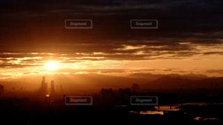 空,大阪,太陽,雲,夜明け,オレンジ,光,都会,高層ビル,日の出,明るい,陽光,初日の出,ご来光,生駒山