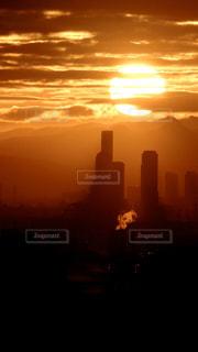 大阪あべのハルカスの向こうに昇る2020年の初日の出の写真・画像素材[2863072]