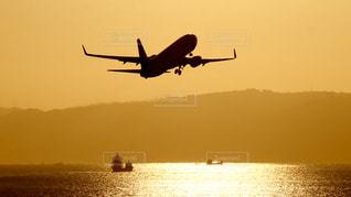 夕暮れの神戸空港を飛び立つ飛行機の写真・画像素材[2863681]