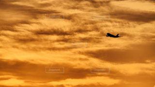 空,屋外,太陽,雲,夕焼け,夕暮れ,飛行機,飛ぶ,シルエット,光,離陸,航空機
