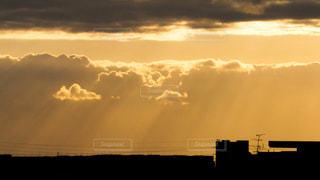 空,建物,屋外,太陽,雲,夕暮れ,シルエット,光,神秘的,斜光