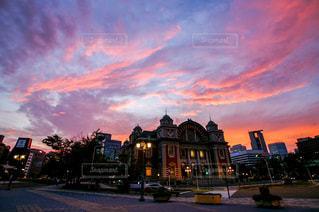綺麗な夕焼けに染まる大阪中之島の中央公会堂の写真・画像素材[2863693]