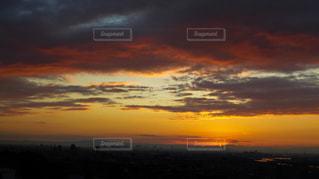 生駒山付近から昇る元日の初日の出の写真・画像素材[2863696]