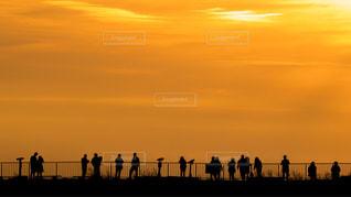 箱根駒ヶ岳の山上から見た夕焼けの中の展望台に並ぶ人々のシルエットの写真・画像素材[2867906]
