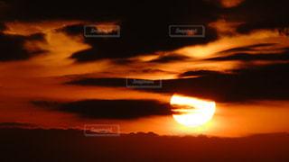 雲の合間に沈んでいく夕陽の写真・画像素材[2886250]