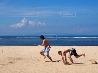浜辺でフリスビーを再生する人々 のグループの写真・画像素材[738968]