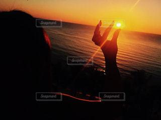 日没の前に立っている人の写真・画像素材[758031]