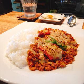 テーブルの上に食べ物のプレートの写真・画像素材[758081]