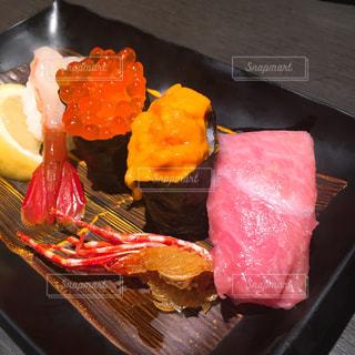 テーブルの上に食べ物のプレートの写真・画像素材[758090]