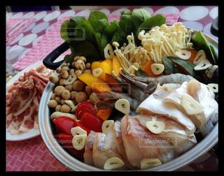 テーブルの上に食べ物のプレートの写真・画像素材[791016]
