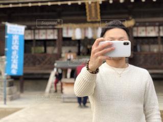 建物の前に立っている人の写真・画像素材[1003541]