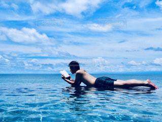水体で泳ぐ男 - No.1016991