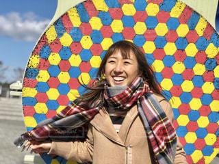 カラフルな傘を持っている人の写真・画像素材[1016993]