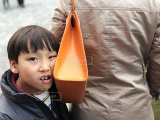 カメラに笑っている少年の写真・画像素材[1025574]